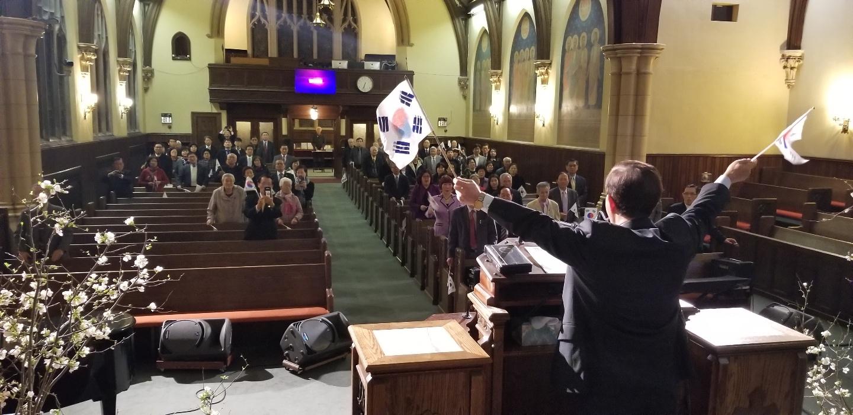 필라한인교회협의회는 교계 지도자와 성도, 민주평통 회장 · 한인회장 등이 참석한 가운데 삼일운동 100주년 기념예배를 드리며, 만세삼창을 외치고 있다.